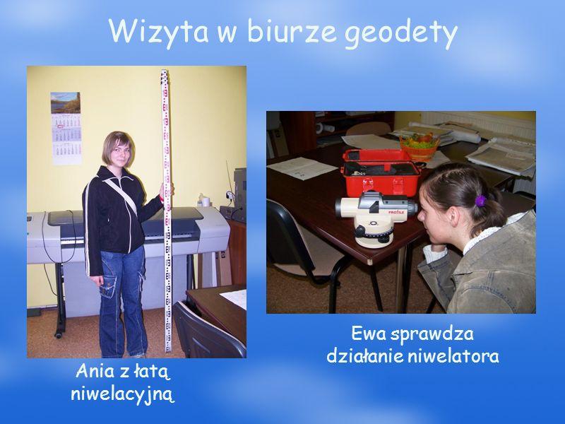 Wizyta w biurze geodety Ania z łatą niwelacyjną Ewa sprawdza działanie niwelatora