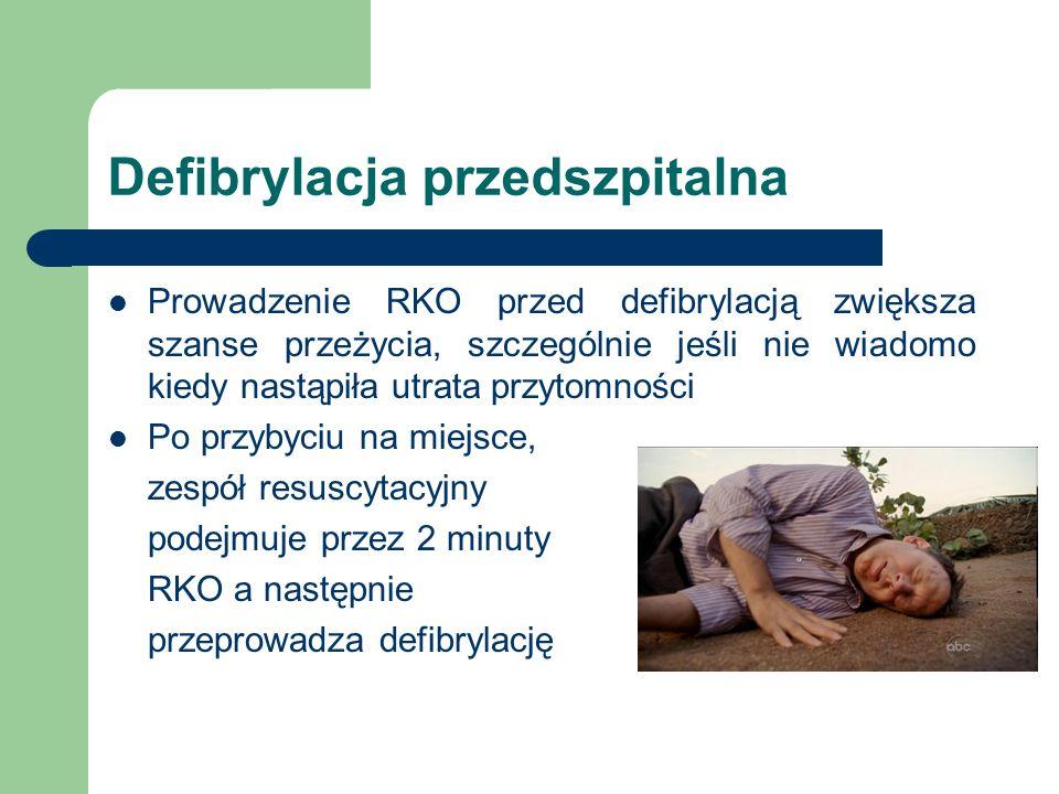 Defibrylacja przedszpitalna Prowadzenie RKO przed defibrylacją zwiększa szanse przeżycia, szczególnie jeśli nie wiadomo kiedy nastąpiła utrata przytomności Po przybyciu na miejsce, zespół resuscytacyjny podejmuje przez 2 minuty RKO a następnie przeprowadza defibrylację