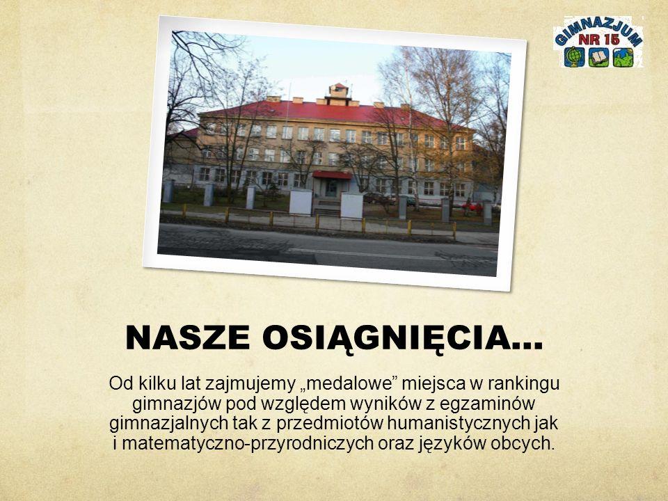 """NASZE OSIĄGNIĘCIA… Od kilku lat zajmujemy """"medalowe miejsca w rankingu gimnazjów pod względem wyników z egzaminów gimnazjalnych tak z przedmiotów humanistycznych jak i matematyczno-przyrodniczych oraz języków obcych."""