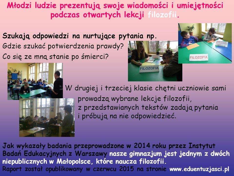 Młodzi ludzie prezentują swoje wiadomości i umiejętności podczas otwartych lekcji filozofii.