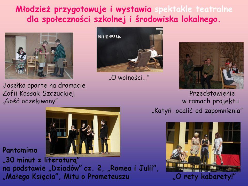 Młodzież przygotowuje i wystawia spektakle teatralne dla społeczności szkolnej i środowiska lokalnego.