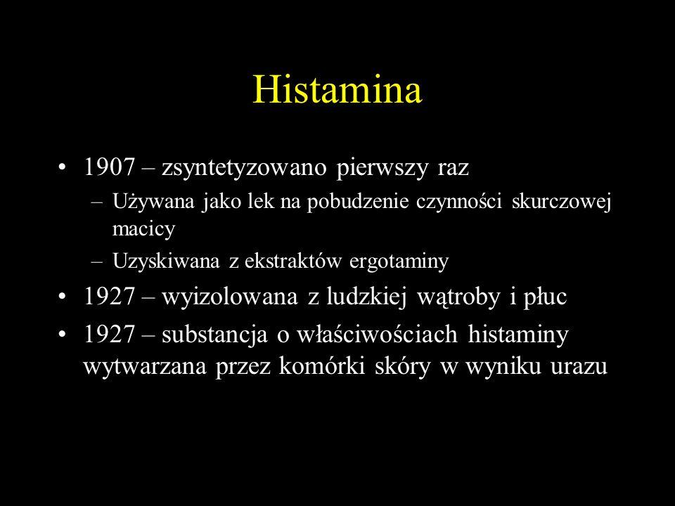 Histamina 1907 – zsyntetyzowano pierwszy raz –Używana jako lek na pobudzenie czynności skurczowej macicy –Uzyskiwana z ekstraktów ergotaminy 1927 – wyizolowana z ludzkiej wątroby i płuc 1927 – substancja o właściwościach histaminy wytwarzana przez komórki skóry w wyniku urazu