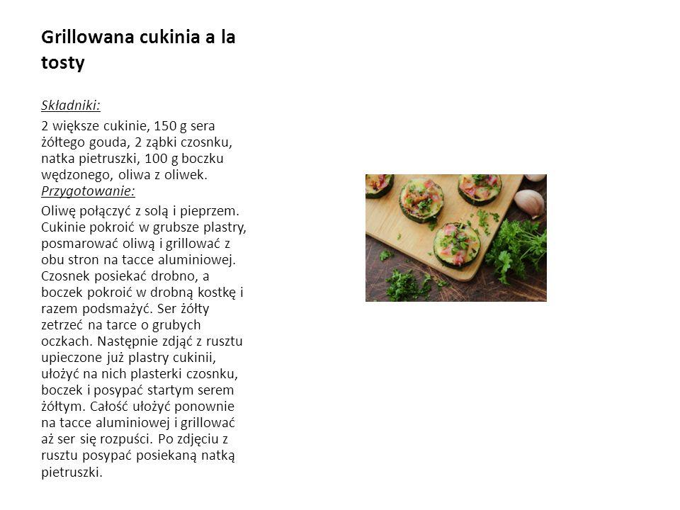 Grillowana cukinia a la tosty Składniki: 2 większe cukinie, 150 g sera żółtego gouda, 2 ząbki czosnku, natka pietruszki, 100 g boczku wędzonego, oliwa
