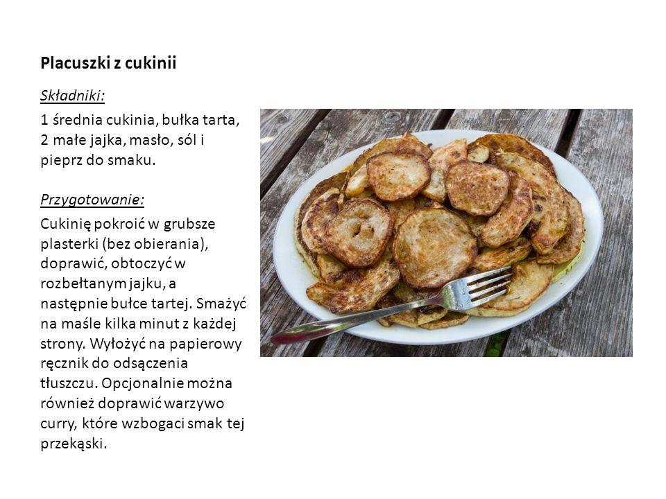 Placuszki z cukinii Składniki: 1 średnia cukinia, bułka tarta, 2 małe jajka, masło, sól i pieprz do smaku. Przygotowanie: Cukinię pokroić w grubsze pl