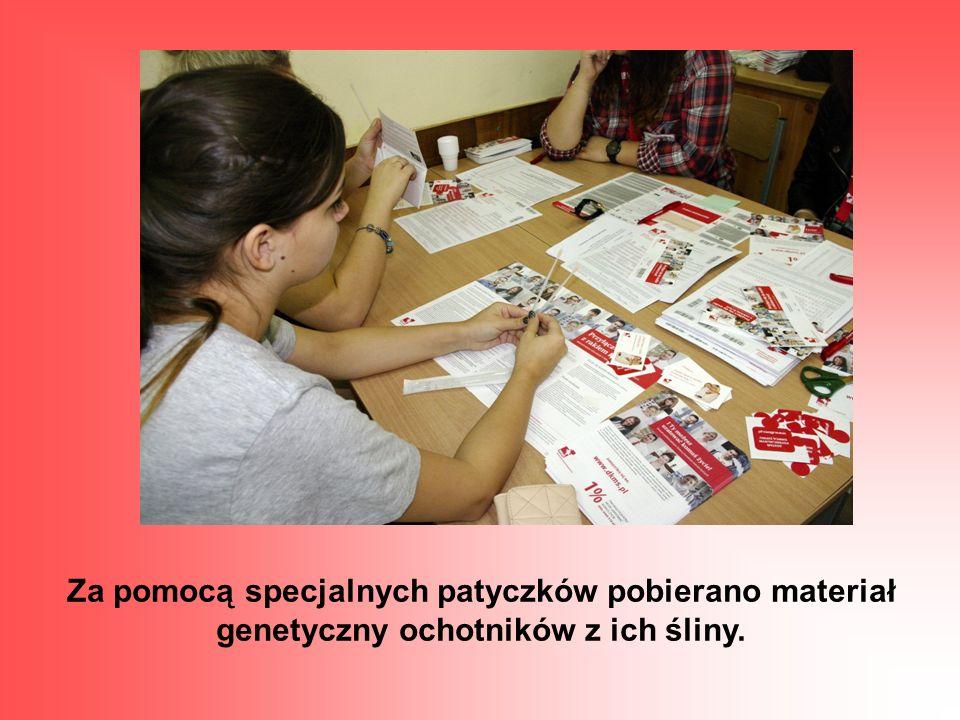 Za pomocą specjalnych patyczków pobierano materiał genetyczny ochotników z ich śliny.