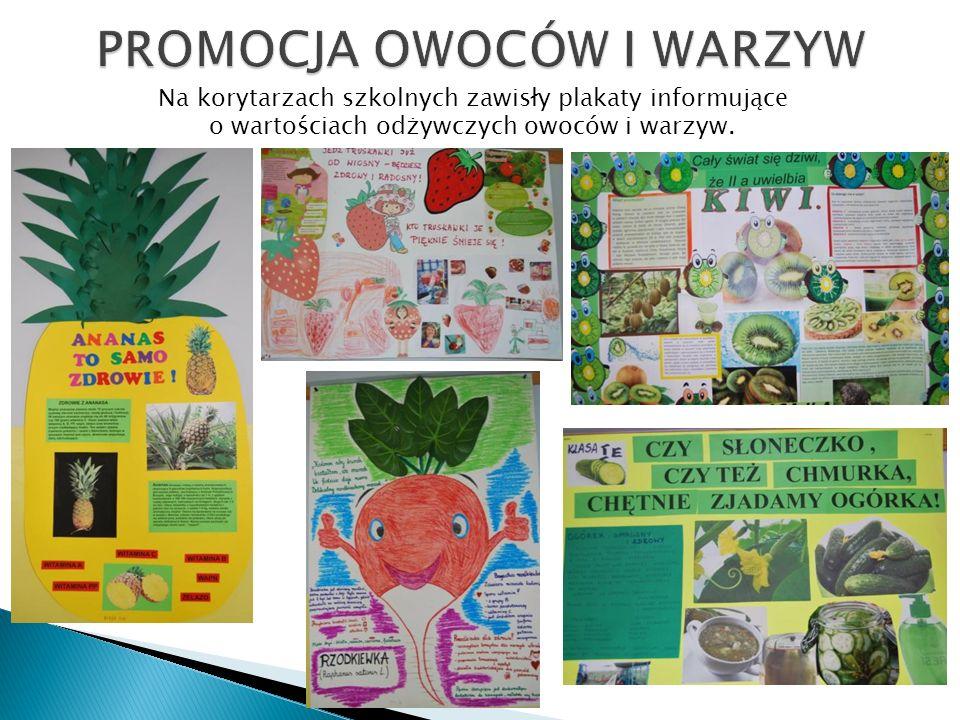 Na korytarzach szkolnych zawisły plakaty informujące o wartościach odżywczych owoców i warzyw.