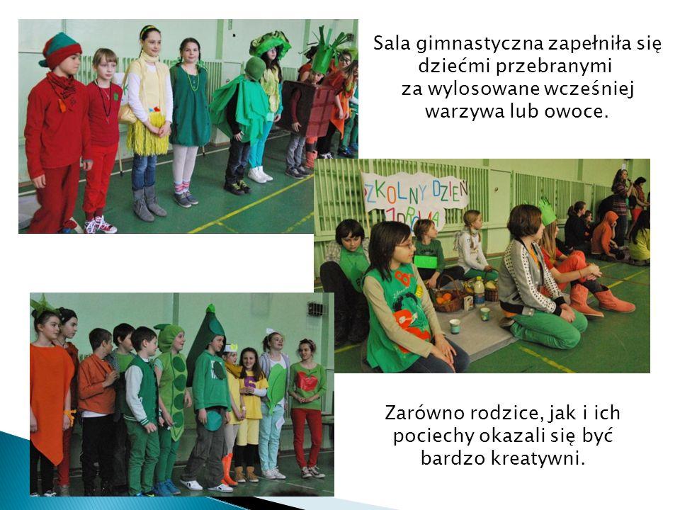 Sala gimnastyczna zapełniła się dziećmi przebranymi za wylosowane wcześniej warzywa lub owoce.