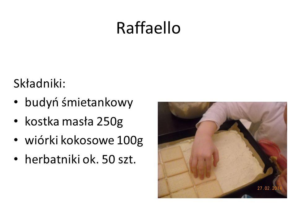 Wykonanie wykładamy blachę papierem do pieczenia przygotowujemy masę: gotujemy budyń (odstawiamy do wystygnięcia), następnie ucieramy masło i dodajemy małymi porcjami budyń cały czas ucierając, na koniec do masy dodajemy wiórki kokosowe na blachę układamy jedną warstwę herbatników nakładamy cienką warstwę masy kolejna warstwa herbatników kolejna warstwa masy na koniec do dekoracji posypujemy niewielką ilością wiórków kokosowych