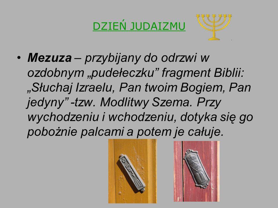 """DZIEŃ JUDAIZMU Mezuza – przybijany do odrzwi w ozdobnym """"pudełeczku fragment Biblii: """"Słuchaj Izraelu, Pan twoim Bogiem, Pan jedyny -tzw."""