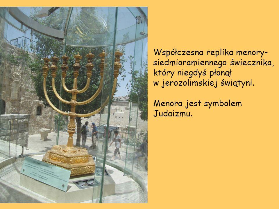 Współczesna replika menory- siedmioramiennego świecznika, który niegdyś płonął w jerozolimskiej świątyni.