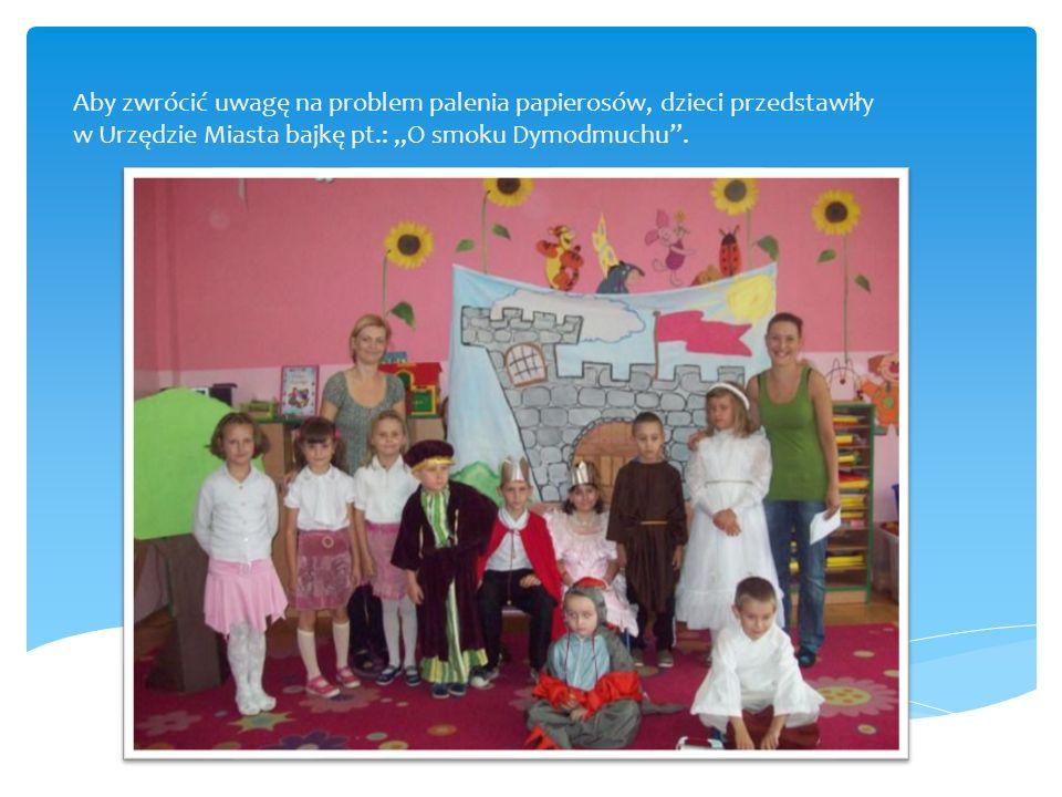 """Aby zwrócić uwagę na problem palenia papierosów, dzieci przedstawiły w Urzędzie Miasta bajkę pt.: """"O smoku Dymodmuchu ."""