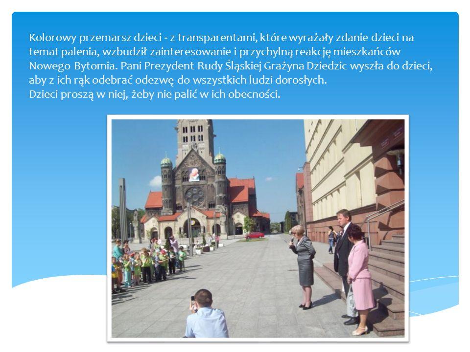 Kolorowy przemarsz dzieci - z transparentami, które wyrażały zdanie dzieci na temat palenia, wzbudził zainteresowanie i przychylną reakcję mieszkańców Nowego Bytomia.
