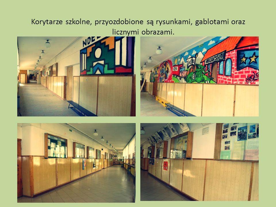 Korytarze szkolne, przyozdobione są rysunkami, gablotami oraz licznymi obrazami.