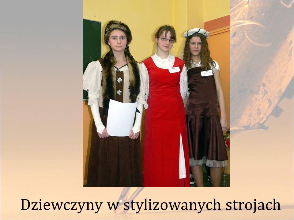 Dziewczyny w stylizowanych strojach