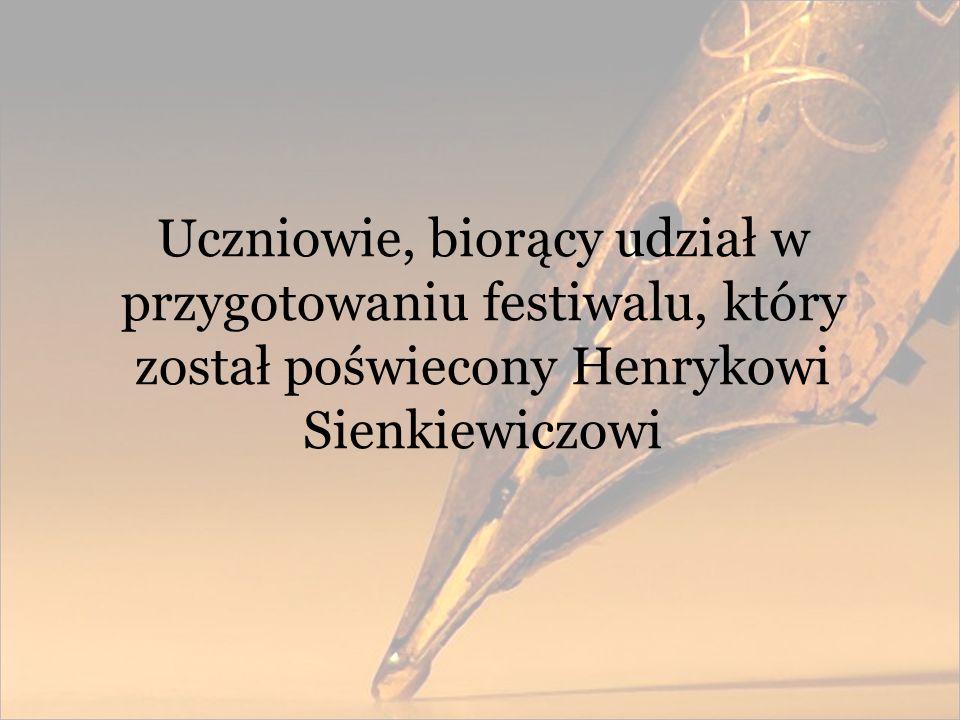Uczniowie, biorący udział w przygotowaniu festiwalu, który został poświecony Henrykowi Sienkiewiczowi