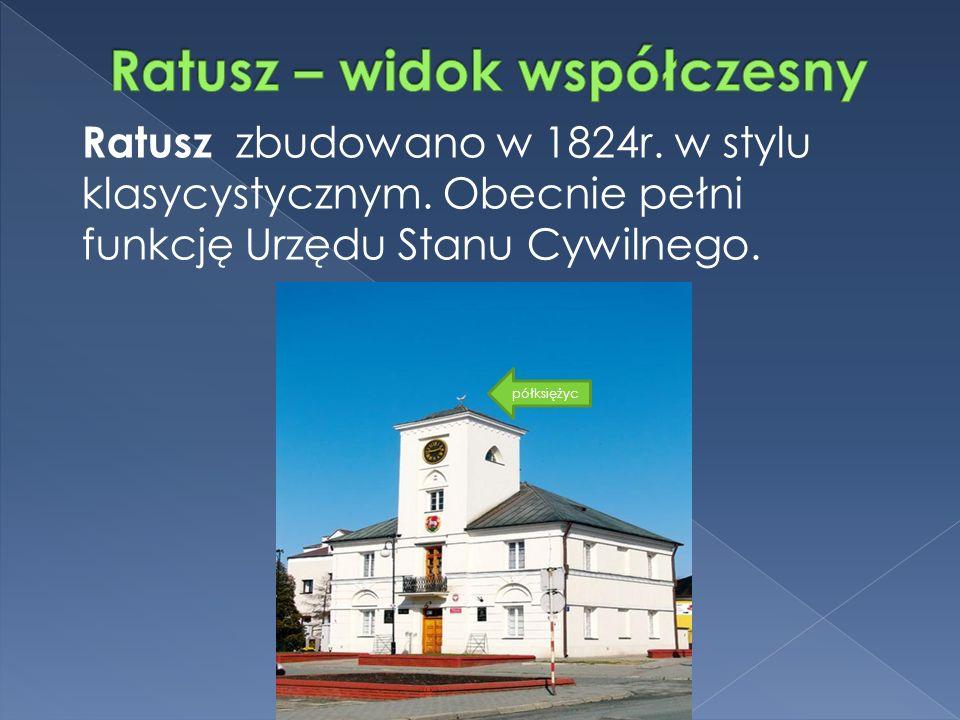półksiężyc Ratusz zbudowano w 1824r. w stylu klasycystycznym.
