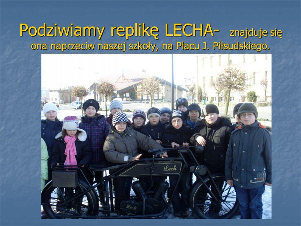 Podziwiamy replikę LECHA- znajduje się ona naprzeciw naszej szkoły, na Placu J. Piłsudskiego.