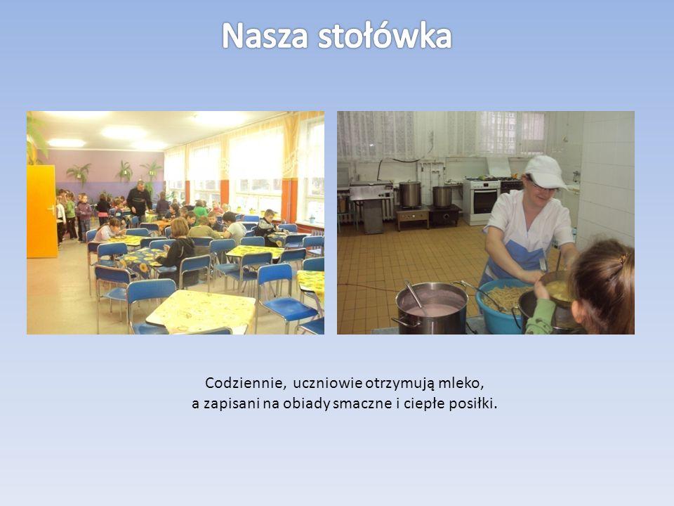 Codziennie, uczniowie otrzymują mleko, a zapisani na obiady smaczne i ciepłe posiłki.