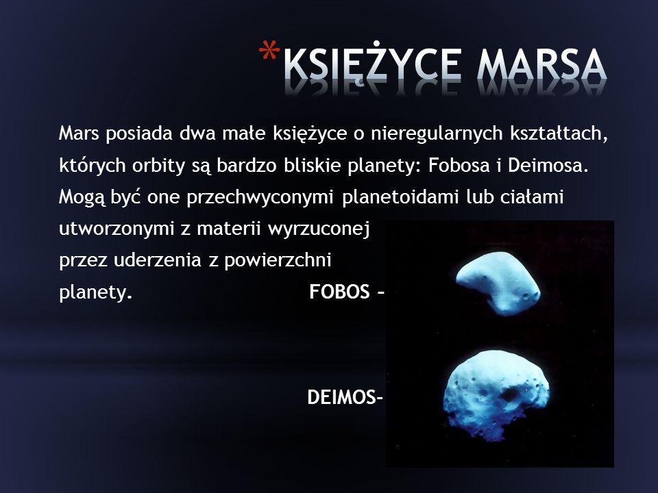 Mars posiada dwa małe księżyce o nieregularnych kształtach, których orbity są bardzo bliskie planety: Fobosa i Deimosa.
