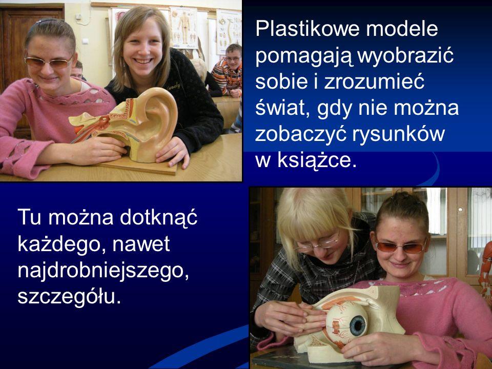 Plastikowe modele pomagają wyobrazić sobie i zrozumieć świat, gdy nie można zobaczyć rysunków w książce.