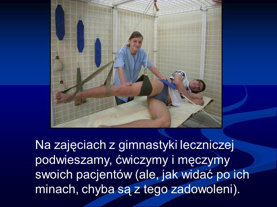 Na zajęciach z gimnastyki leczniczej podwieszamy, ćwiczymy i męczymy swoich pacjentów (ale, jak widać po ich minach, chyba są z tego zadowoleni).