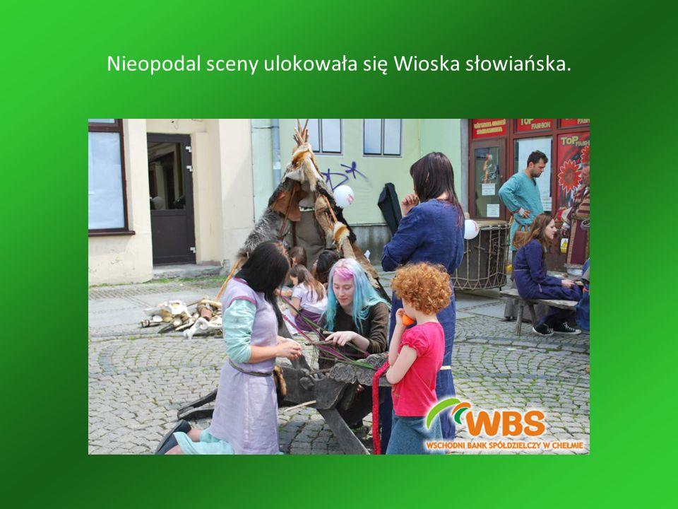 Nieopodal sceny ulokowała się Wioska słowiańska.