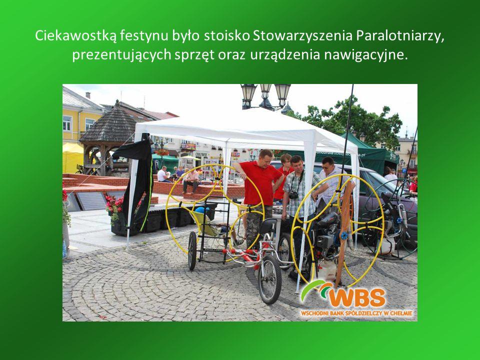 Ciekawostką festynu było stoisko Stowarzyszenia Paralotniarzy, prezentujących sprzęt oraz urządzenia nawigacyjne.