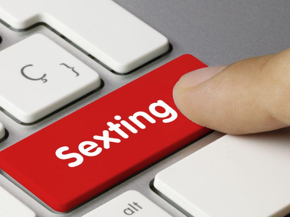 Zamieszczanie przez młodych ludzi zdjęć rówieśników w seksualnym kontekście.