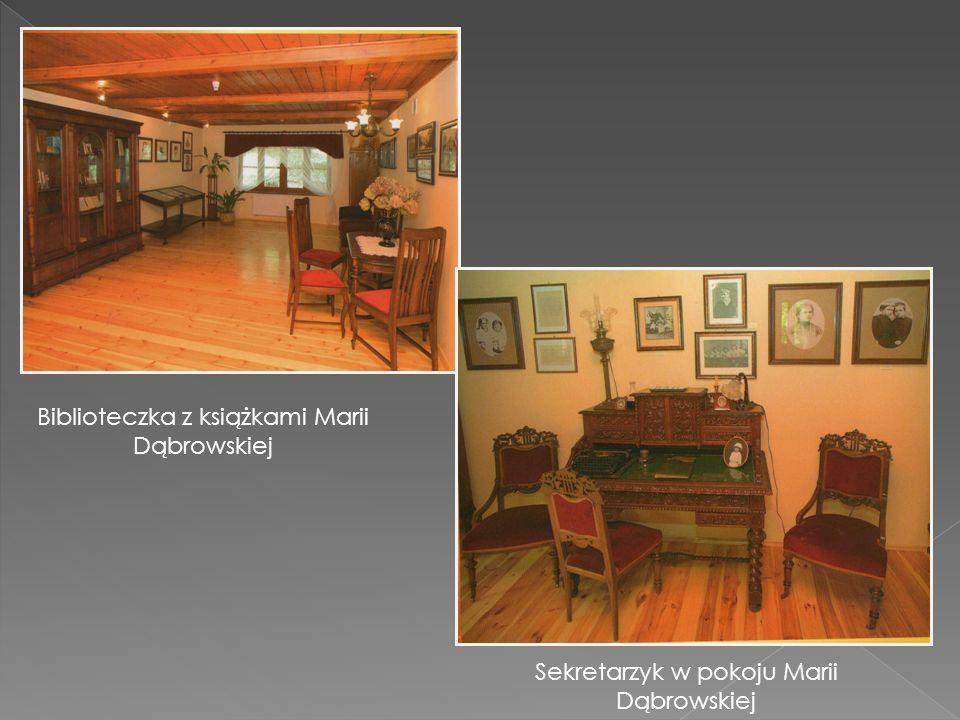 Biblioteczka z książkami Marii Dąbrowskiej Sekretarzyk w pokoju Marii Dąbrowskiej