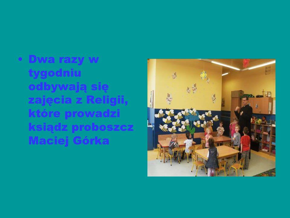 Dwa razy w tygodniu odbywają się zajęcia z Religii, które prowadzi ksiądz proboszcz Maciej Górka