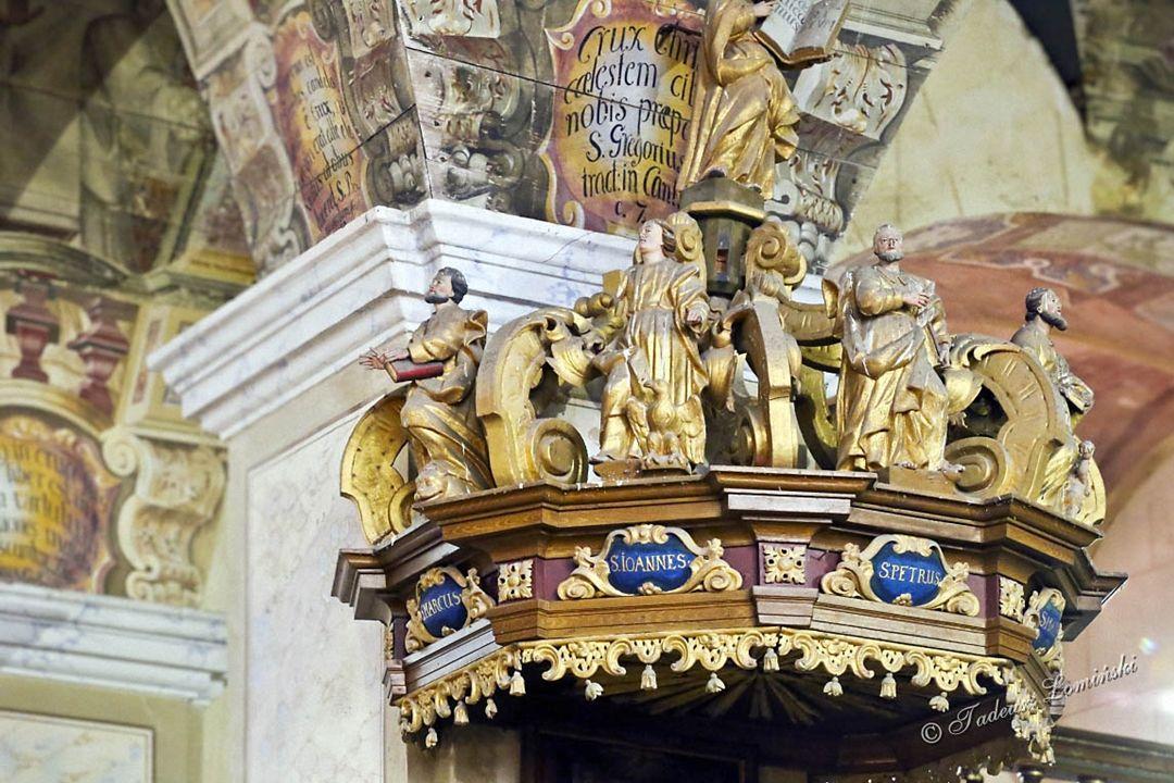 W ołtarzu głównym umieszczono historyczny czarny krucyfiks z początku XV w.