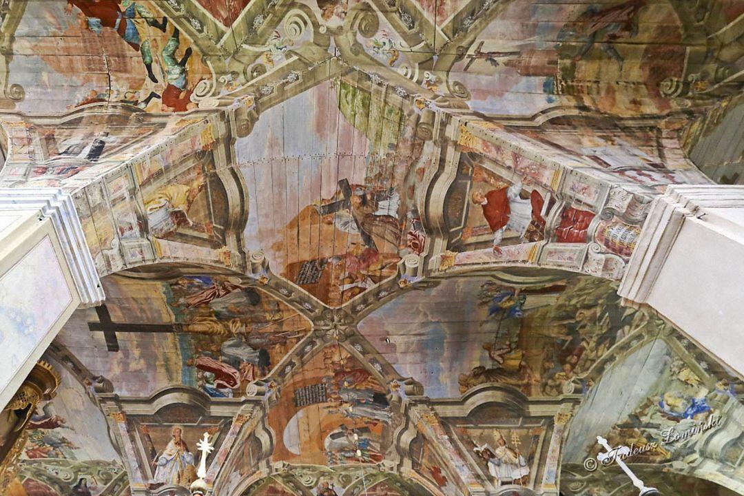 Sklepienie świątyni zaskakuje przepychem późnobarokowej polichromii.