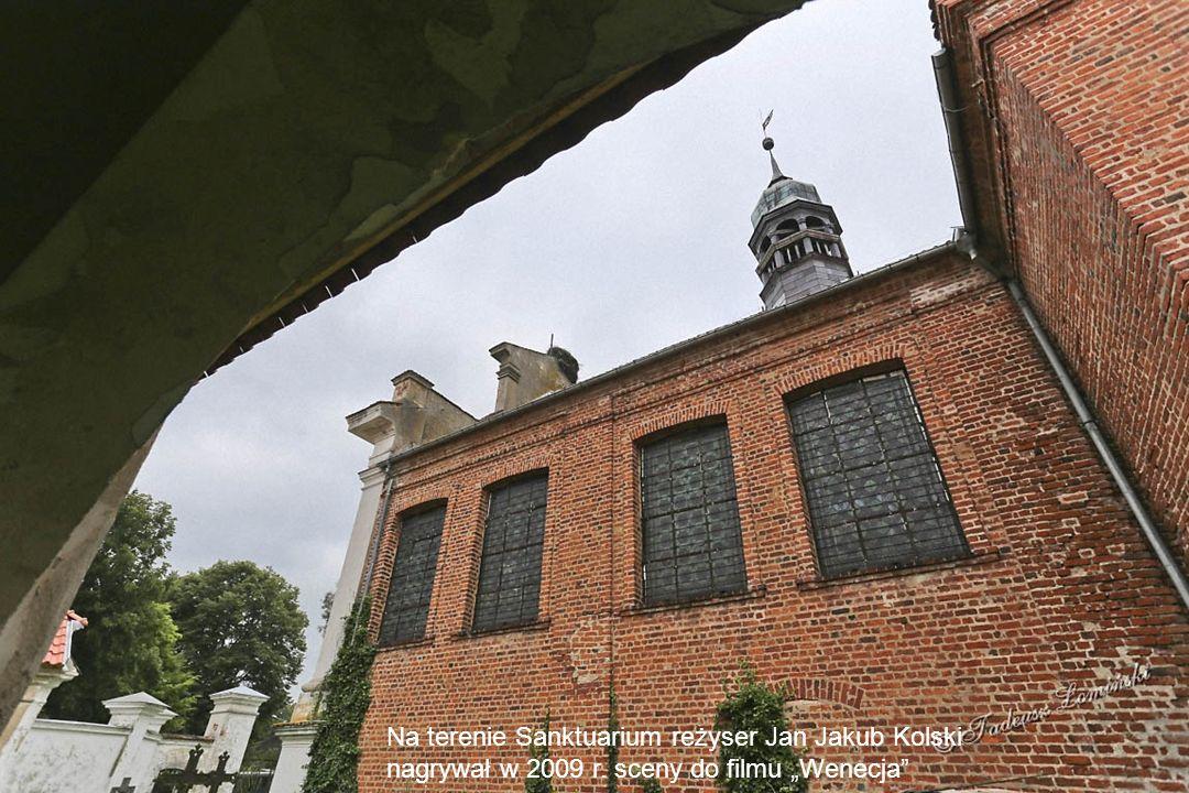 Na terenie sanktuarium znajduje się kilka grobów. Ostatnia osoba pochowana była w 1936 roku.