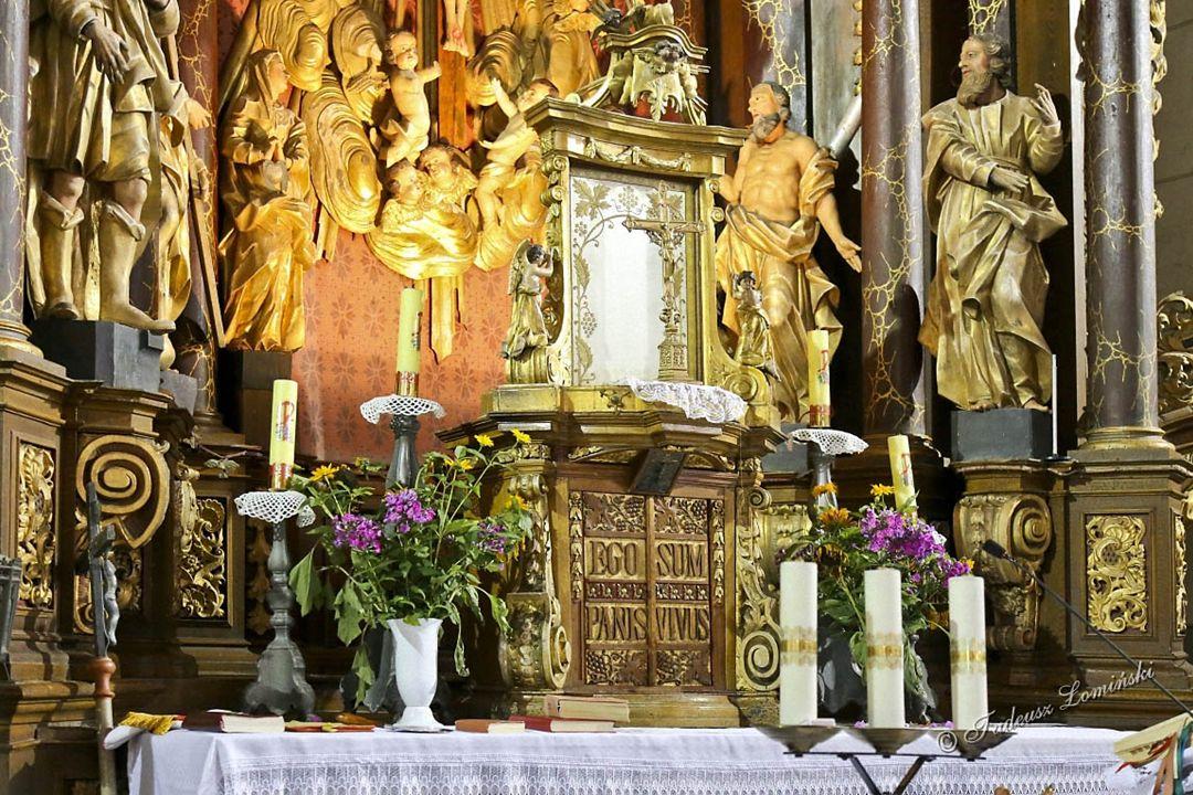 Ołtarze boczne zostały wykonane w Reszlu w 1730 r.