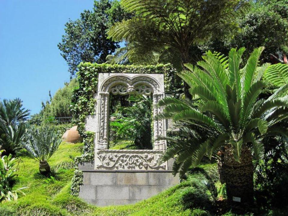 Kamienna ławka. Tarcza Portugalii (Escudo de Portugal), wykonana z wapienia, pochodzi z czasów panowania króla Dom Manuela I (*1469, 1495-1521) zwaneg