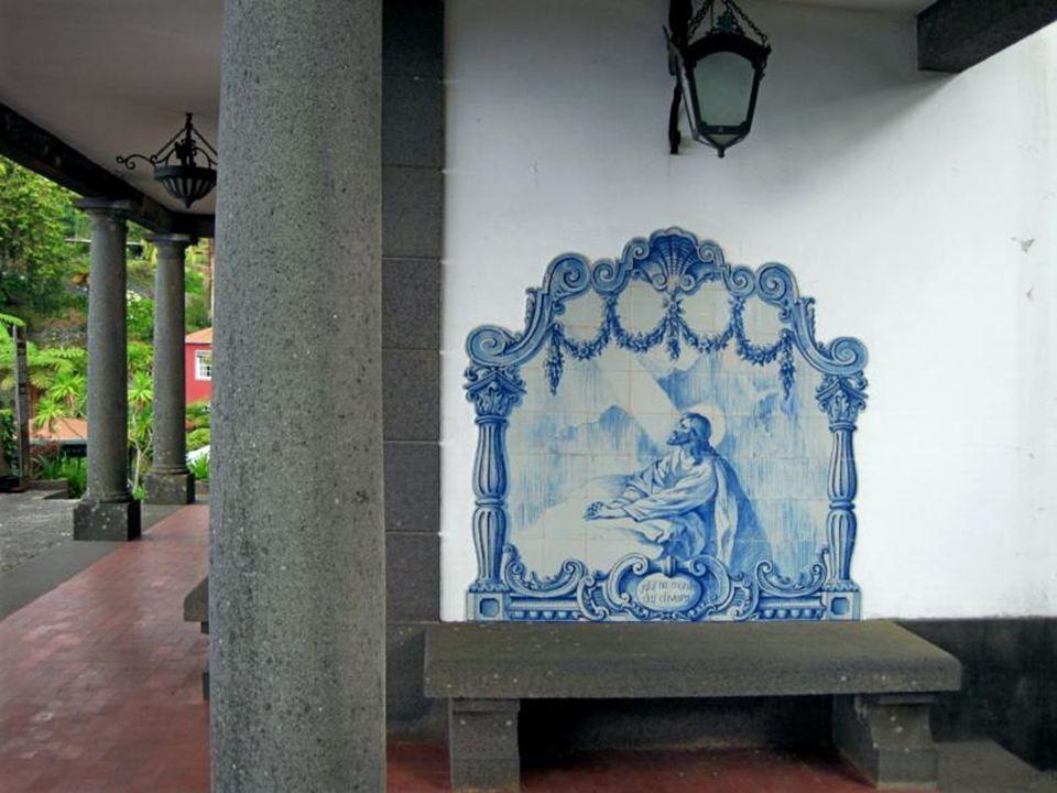 Kaplica wewnątrz zdobiona płytkami azulejo
