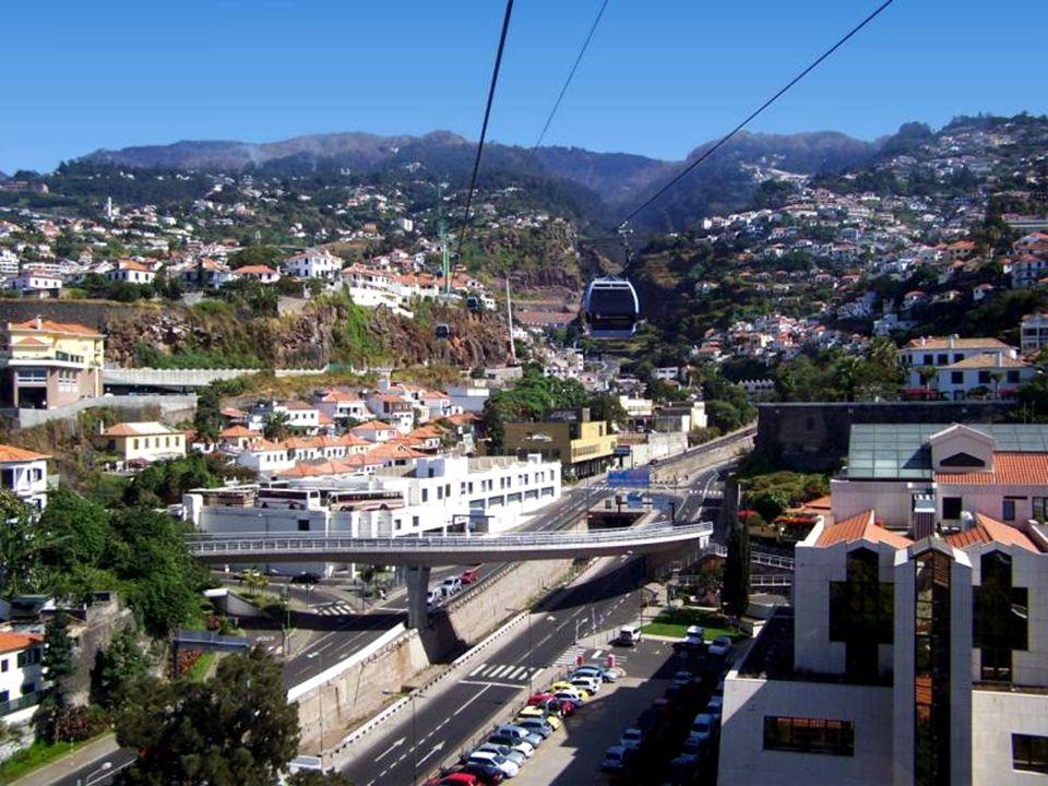 Z Monte można zjechać do Funchal wiklinowym toboganem popychanym i kierowanym przez dwóch mężczyzn.
