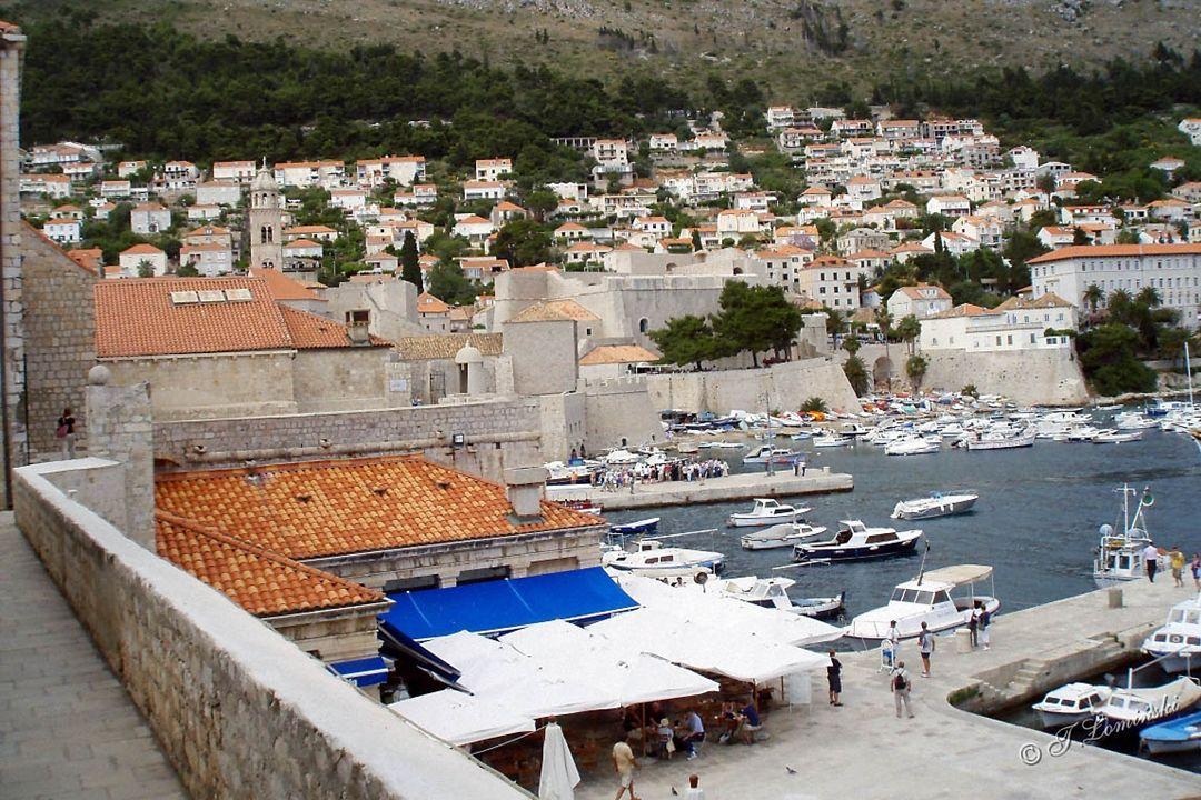 Widoki z murów obronnych okalających Stare Miasto.