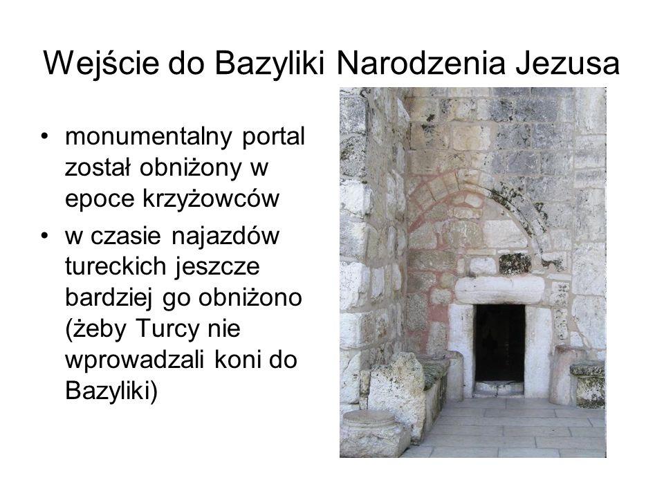 Wejście do Bazyliki Narodzenia Jezusa monumentalny portal został obniżony w epoce krzyżowców w czasie najazdów tureckich jeszcze bardziej go obniżono (żeby Turcy nie wprowadzali koni do Bazyliki)