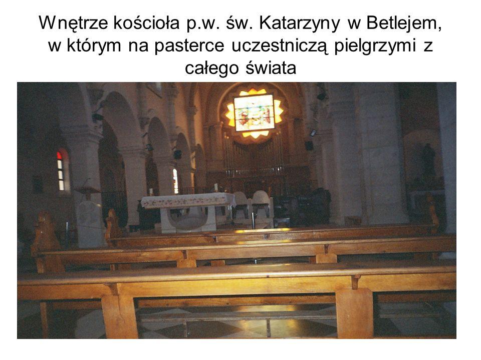 Wnętrze kościoła p.w. św. Katarzyny w Betlejem, w którym na pasterce uczestniczą pielgrzymi z całego świata