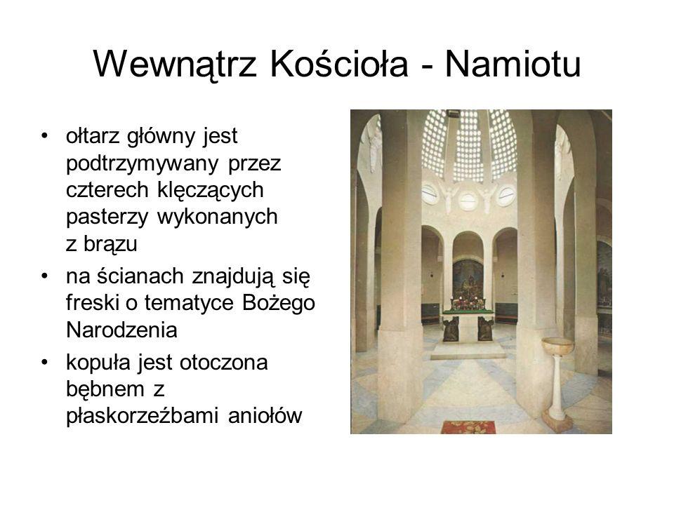 Wewnątrz Kościoła - Namiotu ołtarz główny jest podtrzymywany przez czterech klęczących pasterzy wykonanych z brązu na ścianach znajdują się freski o t