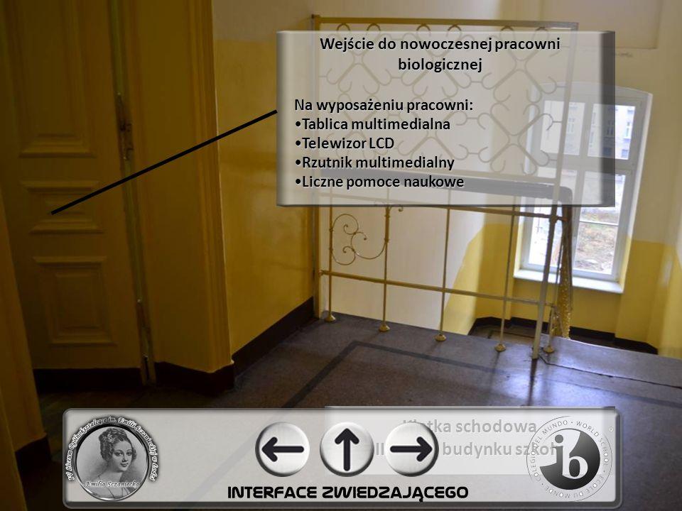 Klatka schodowa II piętro budynku szkoły Wejście do nowoczesnej pracowni biologicznej Na wyposażeniu pracowni: Tablica multimedialna Telewizor LCD Rzutnik multimedialny Liczne pomoce naukowe