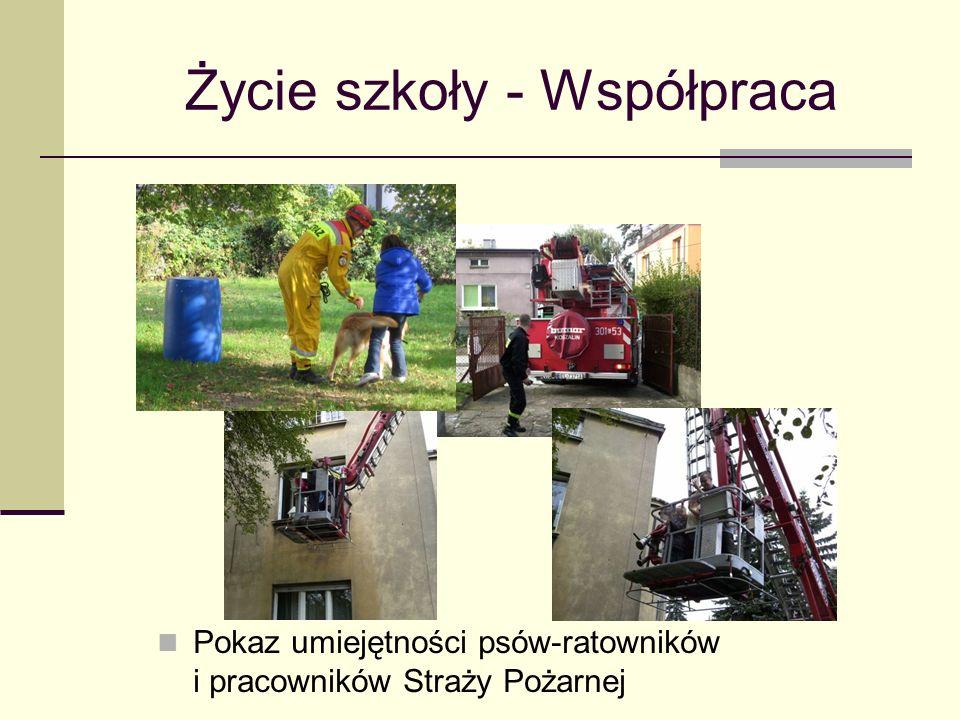 Życie szkoły - Współpraca Pokaz umiejętności psów-ratowników i pracowników Straży Pożarnej