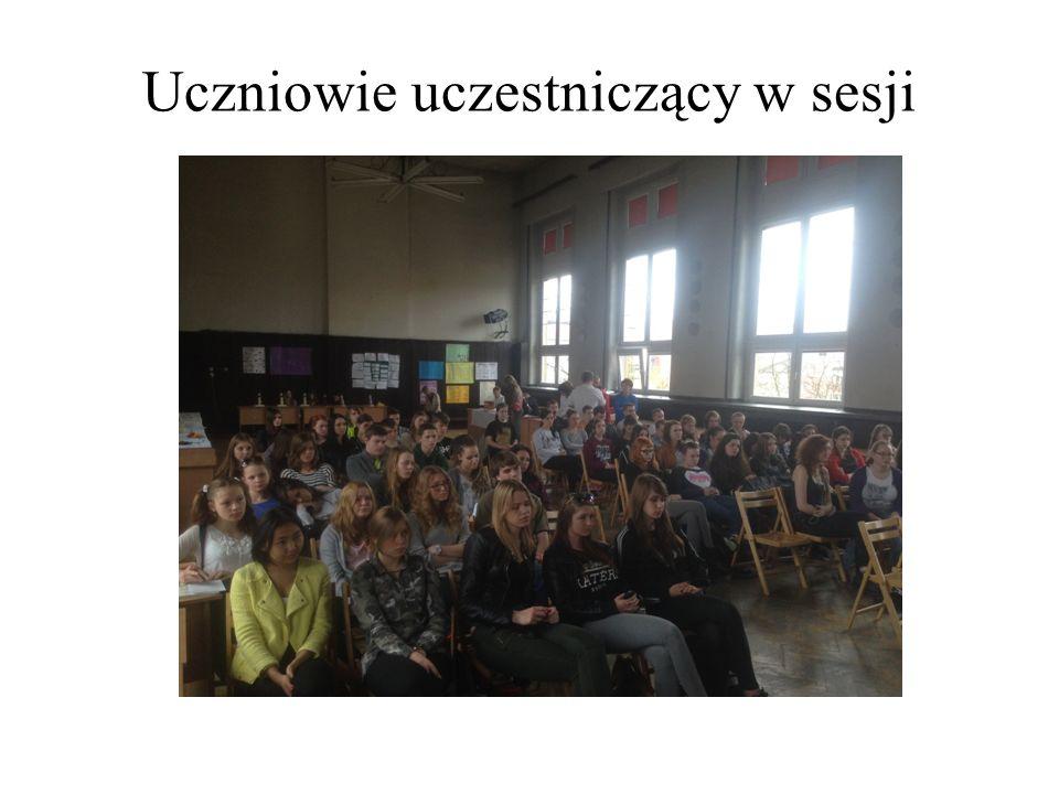 Uczniowie uczestniczący w sesji