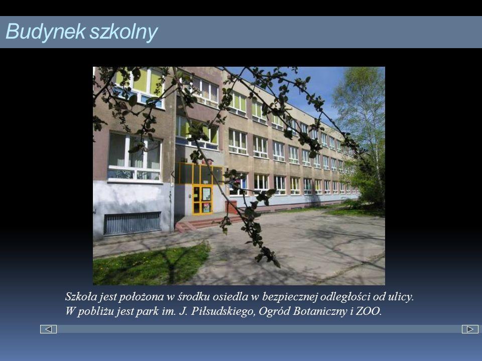 Budynek szkolny Szkoła jest położona w środku osiedla w bezpiecznej odległości od ulicy. W pobliżu jest park im. J. Piłsudskiego, Ogród Botaniczny i Z