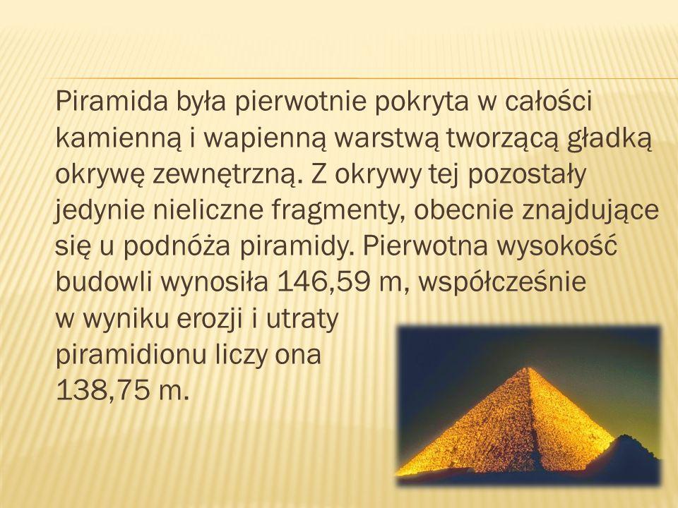 Piramida była pierwotnie pokryta w całości kamienną i wapienną warstwą tworzącą gładką okrywę zewnętrzną. Z okrywy tej pozostały jedynie nieliczne fra