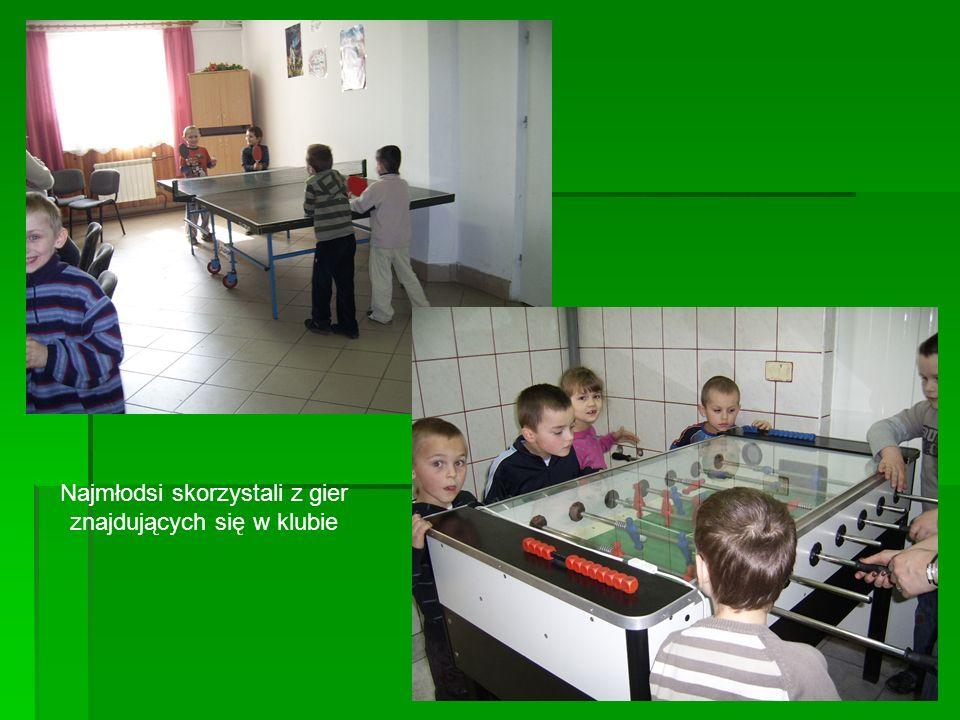 Na wstępie dzieci, pod opieką p. Doroty Traciak, zostały powitane, oprowadzone i zapoznane z klubem. Chwilę później wysłuchały prelekcji wiersza Jana