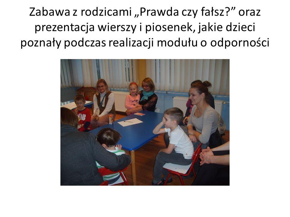 """Zabawa z rodzicami """"Prawda czy fałsz oraz prezentacja wierszy i piosenek, jakie dzieci poznały podczas realizacji modułu o odporności"""