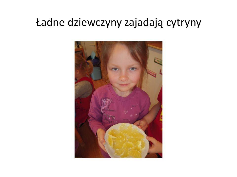 Ładne dziewczyny zajadają cytryny