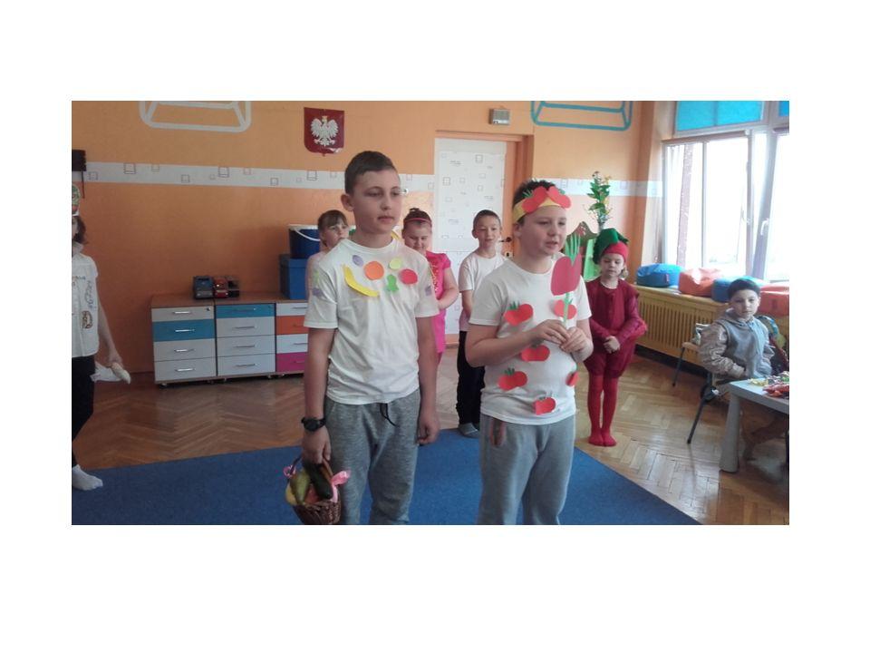 Uczniowie przygotowali pytania dla najmłodszych związane ze zdrowym odżywianiem.